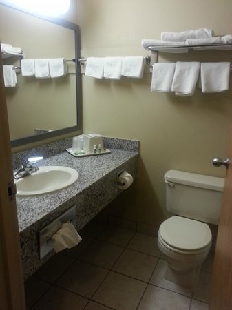 Best Western Strathmore Inn: Well appointed bathroom