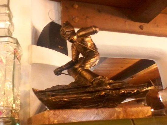 Rifugio bellavista: sciatore in bronzo