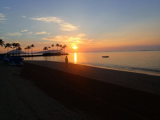 The Kahala Hotel & Resort: Sunrise on the private beach 6:20am