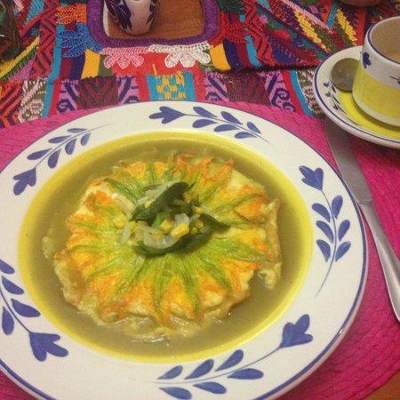 La Casa de Mis Recuerdos B&B : Squash blossom omelette - so beautiful and even more delicious - with the salsa verde crown