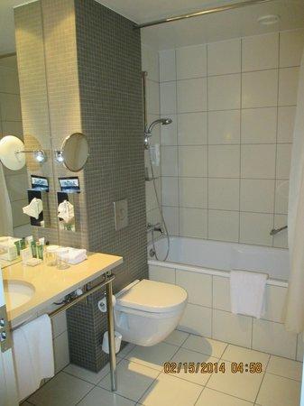 Hilton Reykjavik Nordica: Guest bathroom