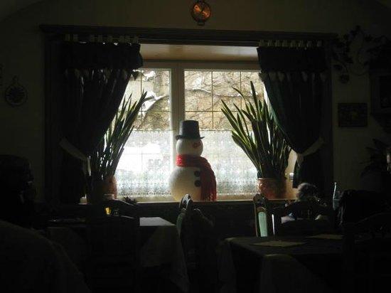 Pizzeria La Grotta : omino di neve sulla finestra