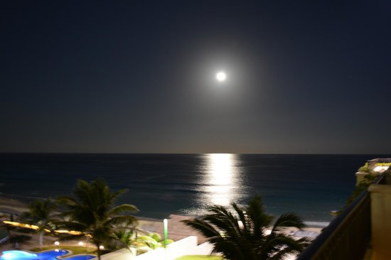 Marriott Cancun Resort : Full moon from our balcony