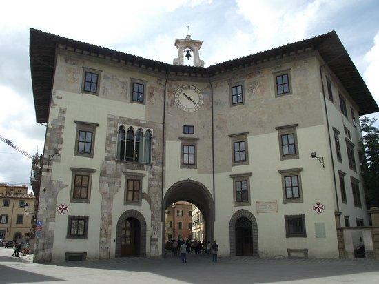 Piazza dei Cavalieri : Palazzo dell'Orologio, antes eram dois prédios separados que foram unidos posteriormente.