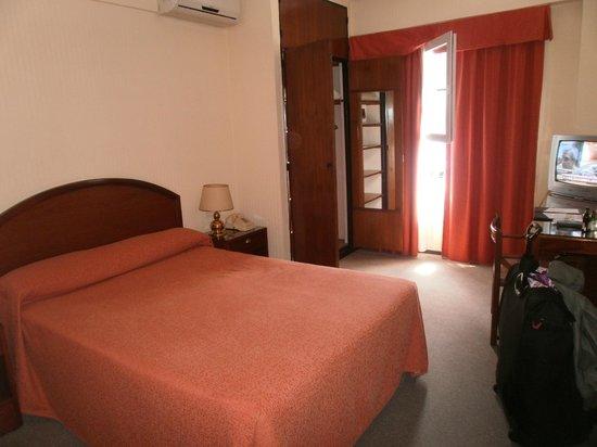 Hotel Centro Naval: Habitación espaciosa.