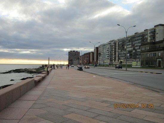 NH Montevideo Columbia: Rambla na frente do hotel