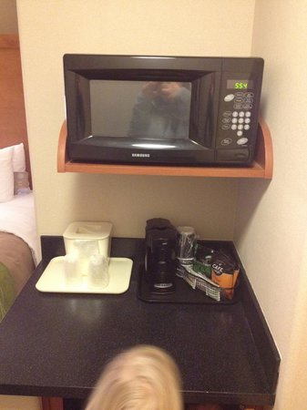 Comfort Inn & Suites : Microwave and fridge
