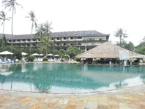 Discovery Kartika Plaza Hotel: Main pool area and bar