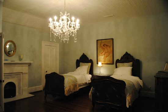 The Twelve Oaks Bed & Breakfast: Suite Home Alabama