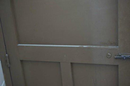 Hotel Julamis: DUST ON BATHROOM DOOR