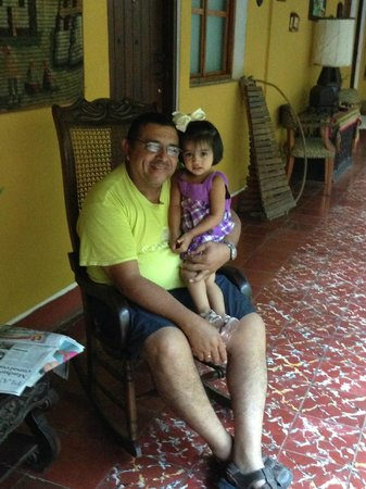 Posada Fuente Castalia: Owner! Sweet man and his granchild Sophia