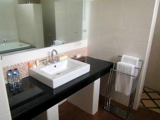 Sunset House Lombok: Bathroom