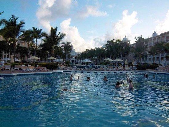 Hotel Riu Palace Punta Cana: pileta con bar incorporado, mesas, reposeras en el agua  e hidromasaje!