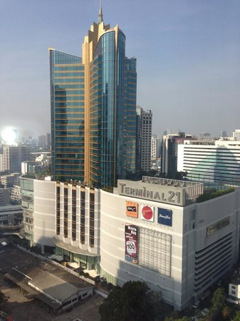 Pullman Bangkok Grande Sukhumvit : A view from guestroom. Just few steps from hotel to the shopping complex!