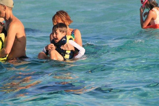 Six Senses Cayman Adventures : Grandma and 5 year-old enjoy Stingray City