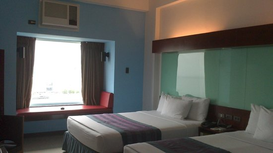 Microtel Inn & Suites by Wyndham Manila/At Mall of Asia: daybed by the window and bed