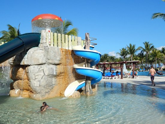 Foto de barcel maya beach puerto aventuras toboganes de for Hoteles con habitaciones en el agua