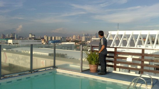 Microtel Inn & Suites by Wyndham Manila/At Mall of Asia: view from the roofdeck/pool area
