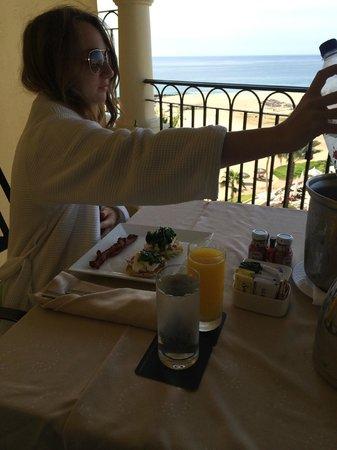 Hilton Los Cabos Beach & Golf Resort : Room service breakfast on our balcony
