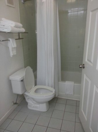 Days Inn & Suites Port Richey: Nice clean bathroom
