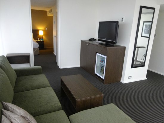 Hotel Urban Brisbane: Separate lounge with big TV, good minibar, room service