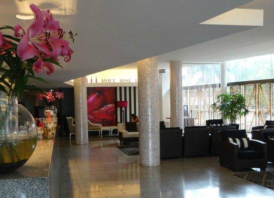 Hotel Urban Brisbane: Lovely lobby area - free perfume!