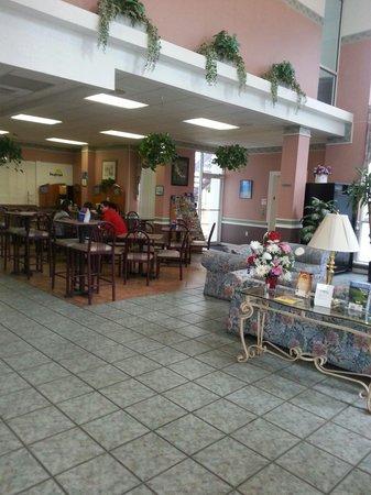 Days Inn & Suites Port Richey : Nice breakfast area.  Love the soaring ceilings
