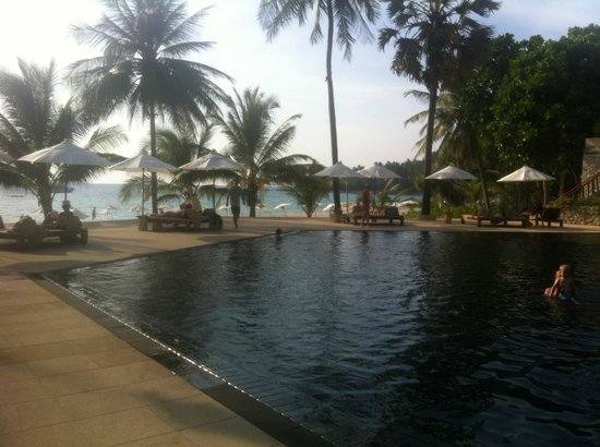 The Surin Phuket: Looking to the beach from pool
