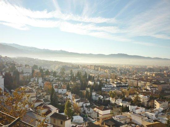 Hotel Alhambra Palace: Vista da cidade de Granada do terraço do hotel.