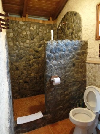 Hosteria Izhcayluma: Full walk-in shower with plenty of glorious hot water!