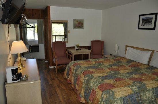 Cedar Motel: King Bedroom