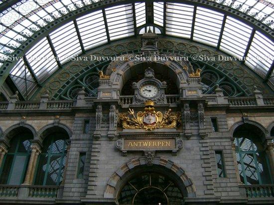 Bahnhof Antwerpen-Centraal: Near entrance
