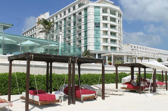 Sandos Cancun Lifestyle Resort: Hotel view from beach