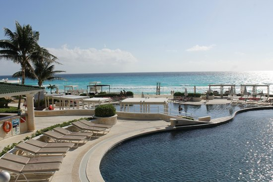 Sandos Cancun Lifestyle Resort: View from 1 pool