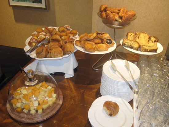 The New Yorker A Wyndham Hotel: Breads and Cheese