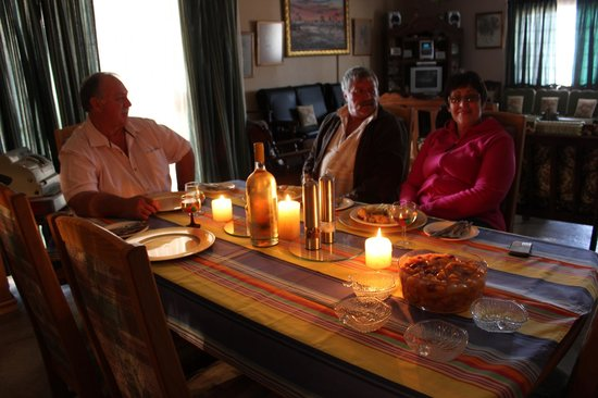 Tshimologo Farm Guest House & Alternative I.P.A Guest House: GUESTS FOR DINNER