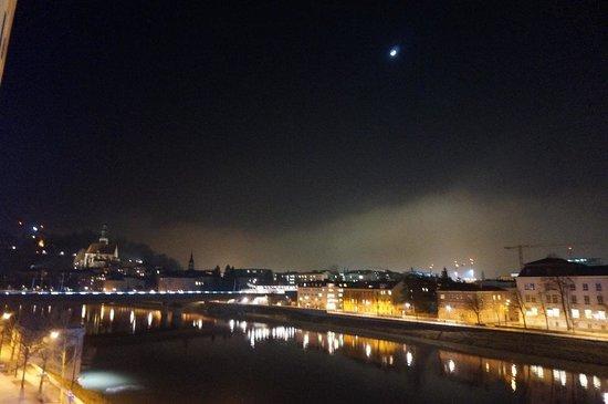 Motel One Salzburg Mirabell: Window view at night