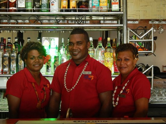 Fiji Hideaway Resort & Spa : top bar staff