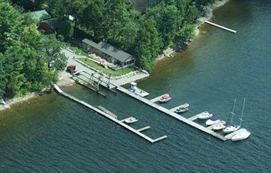Willsboro, estado de Nueva York: Arial view of Indian Bay Marina Docks and Restaurant