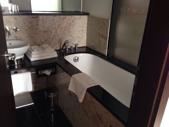 Steigenberger Hotel Metropolitan: Bad mit Wanne und Dusche