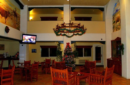 Quality Inn: Decorated for Christmas - the lobby of the Best Western Alpine Classic Inn