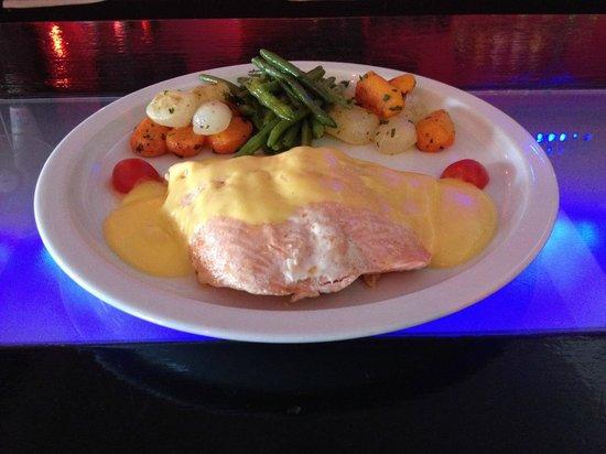 Papillon Bar & Restaurant : Filet de saumon,petits legumes,sauce hollandaise