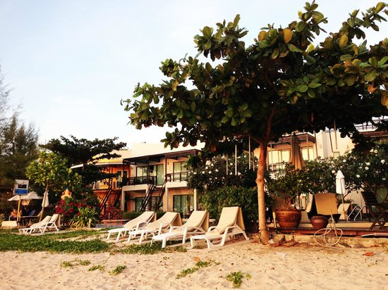 Maya Koh Lanta Resort: Walking in to the hotel from the beach