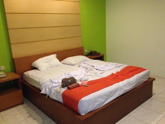 Griya Asri Hotel: Bed