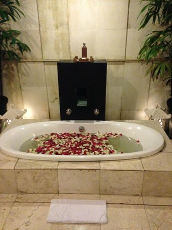 Bhavana Private Villas : rose petals in the bathtub