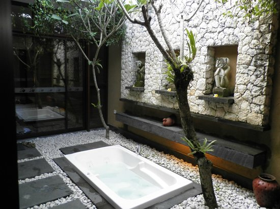Ubud Green: Out door bath tub located inside a court yard of our villa