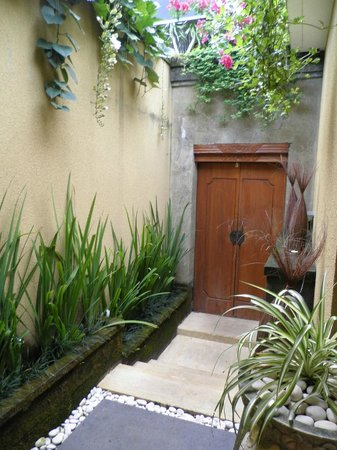 Ubud Green: Looking at the entrance door from inside our villa