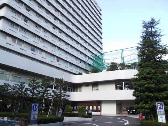 Hotel Plaza Osaka : ホテル正面 (左手が入口)