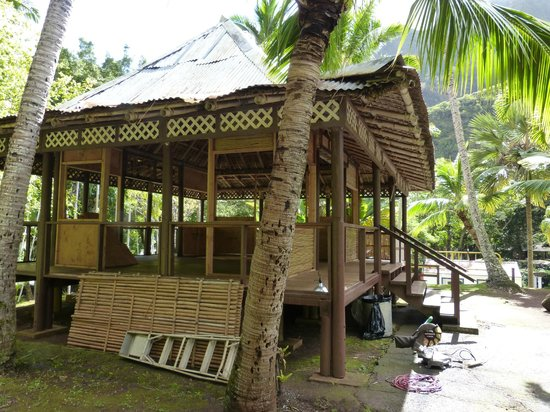 Holo Holo Private Taxi Tours: Filipino Building being remodeled at Iao Valley State Park