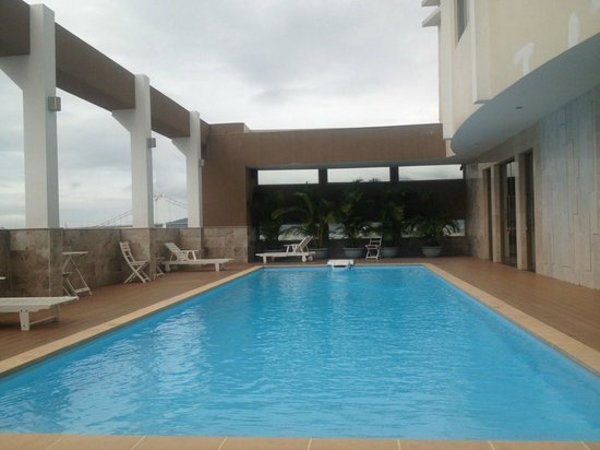 Stay Hotel: Pool and lounge chair
